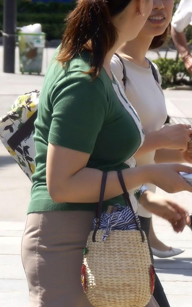 【着胸エロ画像】本体はこれより大きいか小さいか…知ってみたい着衣巨乳www 11