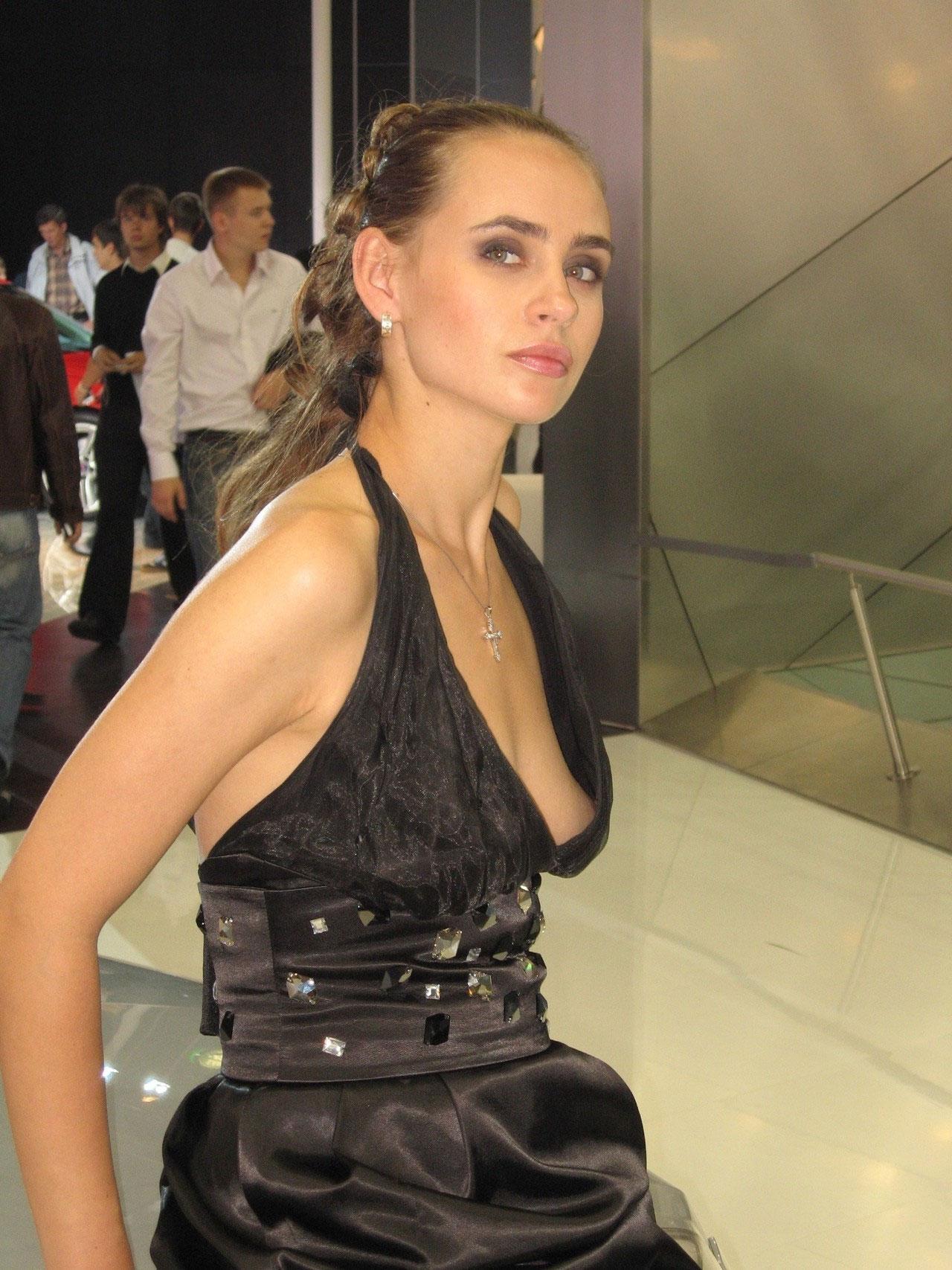 【ノーブラエロ画像】乳頭見えても動じないwそれがドレス淑女の基本www 02