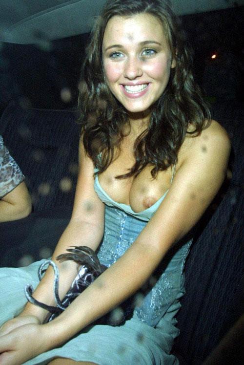 【ノーブラエロ画像】乳頭見えても動じないwそれがドレス淑女の基本www 05