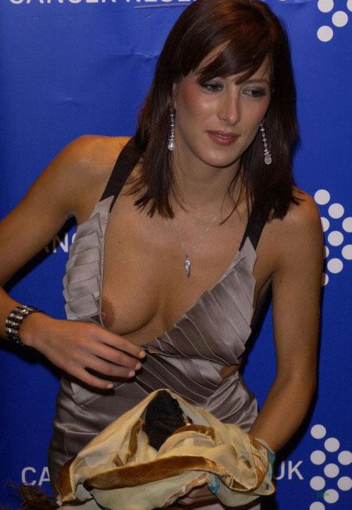 【ノーブラエロ画像】乳頭見えても動じないwそれがドレス淑女の基本www 06