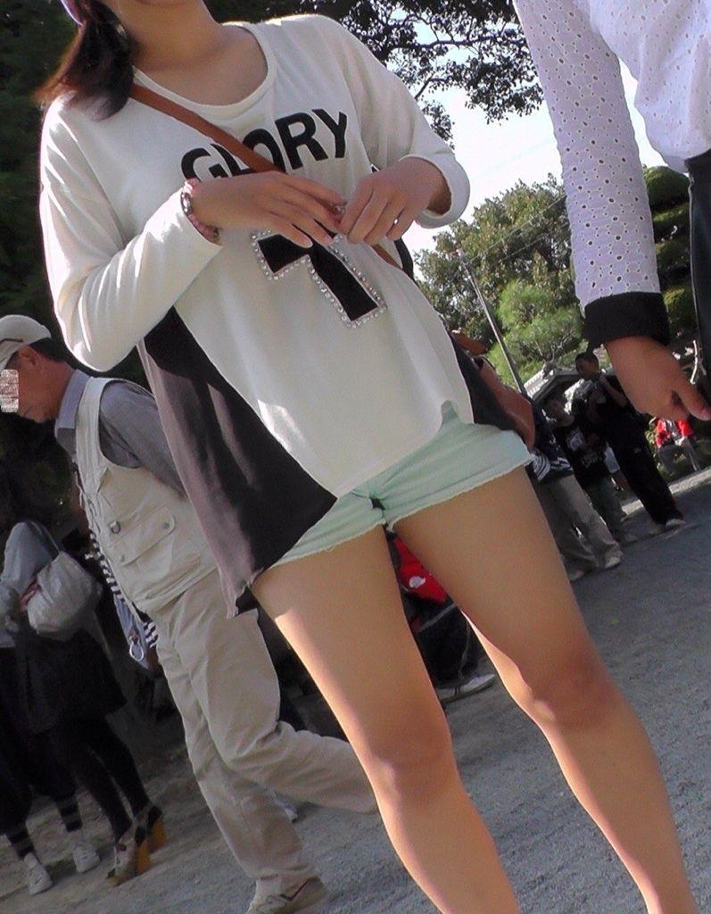 【美脚エロ画像】もう見納め?パンスト着用でも歓迎なショーパン美脚www 10
