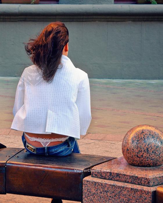 【ローライズエロ画像】引っ張りたいそのTバック…ローライズ女子のハミ出しwww 14