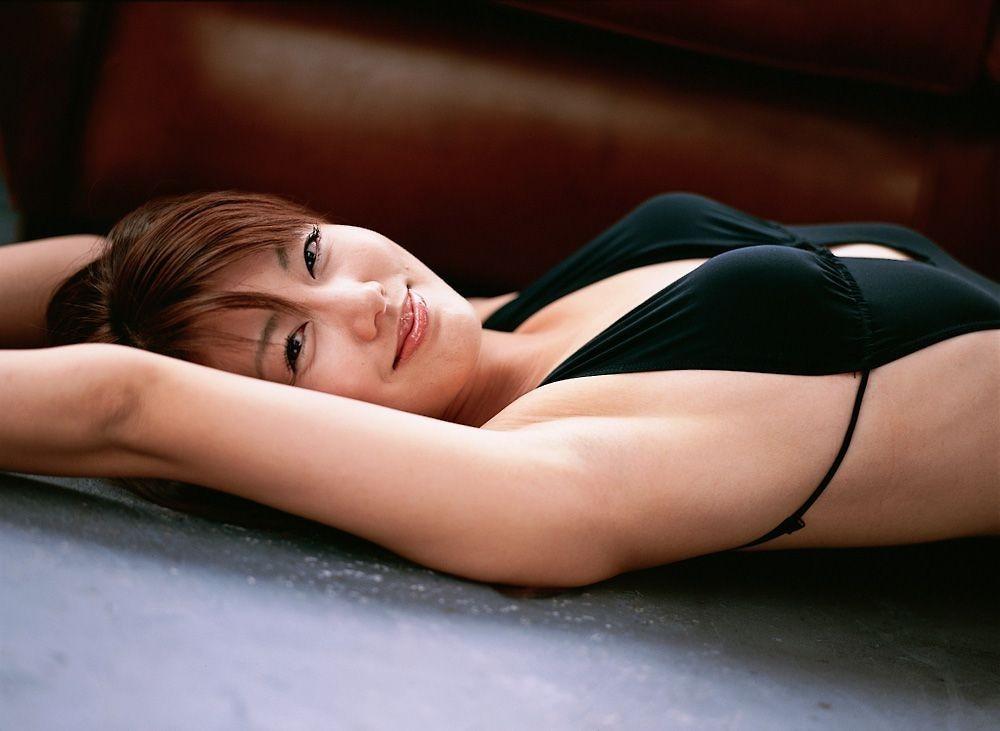 【腋フェチエロ画像】舐めたらどんな味が…ツルツルのたまらない女の生腋www 02