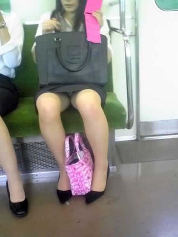 【パンチラエロ画像】対面にいるなら眠れないw電車内で見たいミニの奥www 02