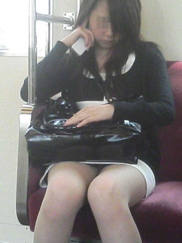 【パンチラエロ画像】対面にいるなら眠れないw電車内で見たいミニの奥www 05