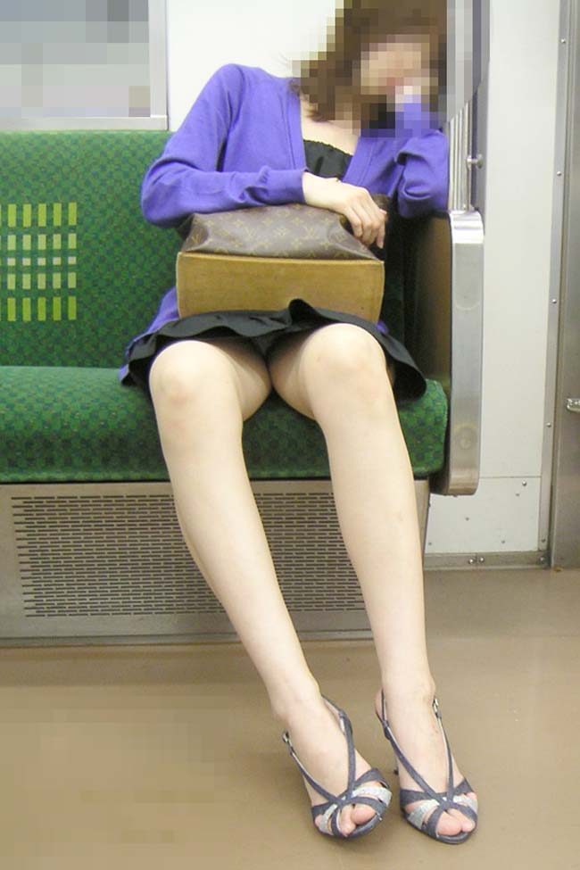 【パンチラエロ画像】対面にいるなら眠れないw電車内で見たいミニの奥www 07