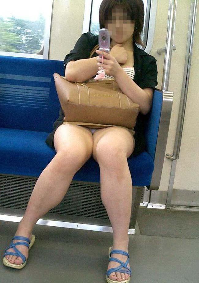 【パンチラエロ画像】対面にいるなら眠れないw電車内で見たいミニの奥www 09