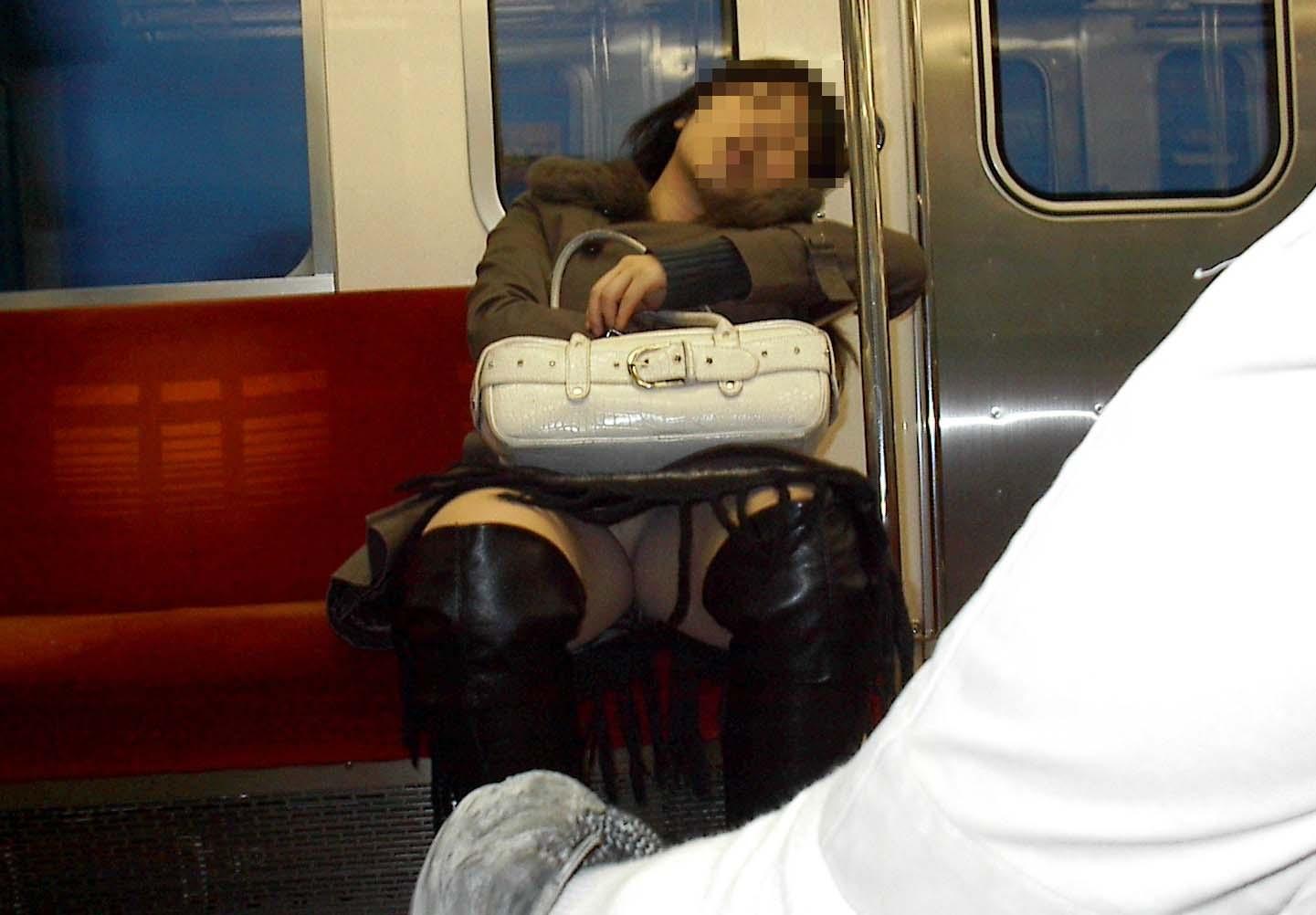 【パンチラエロ画像】対面にいるなら眠れないw電車内で見たいミニの奥www 10