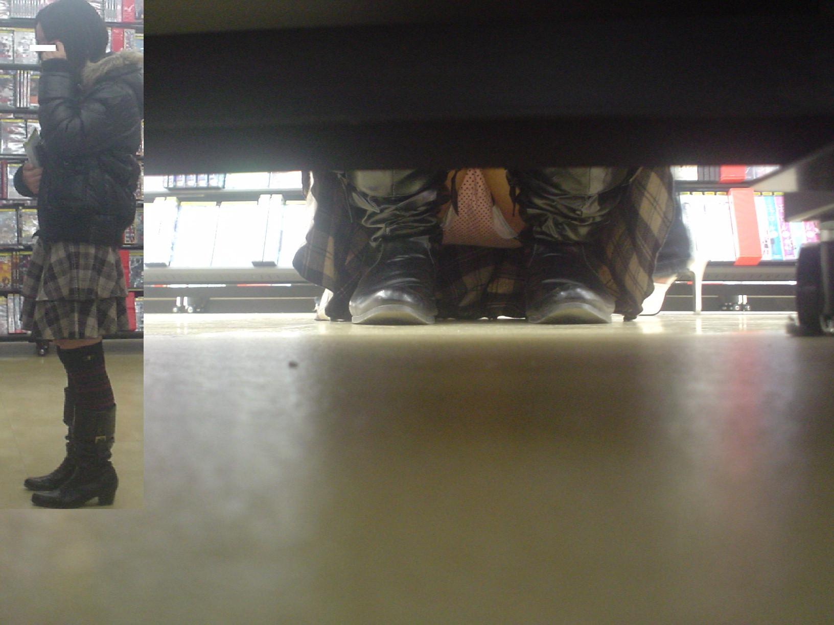 【パンチラエロ画像】向こう側が見えるなら…店内でもチャンスアリな棚下パンチラwww 04