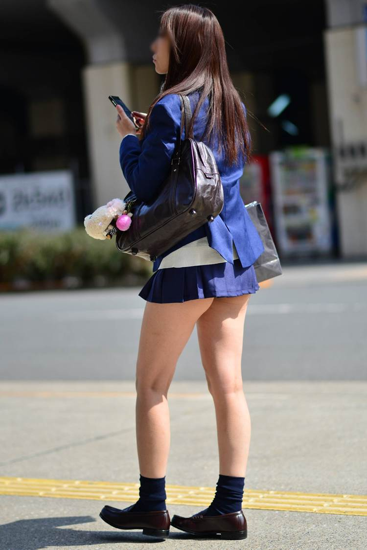 【JK街撮りエロ画像】足が細く綺麗な女子高生たちを全身盗撮…更にムッチリ太ももを接写撮りww