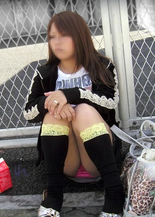 【パンチラエロ画像】天気が来ればまた見られる!広場の座りパンチラ女子たちwww 07