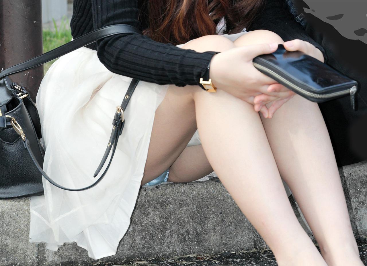 【パンチラエロ画像】天気が来ればまた見られる!広場の座りパンチラ女子たちwww 09