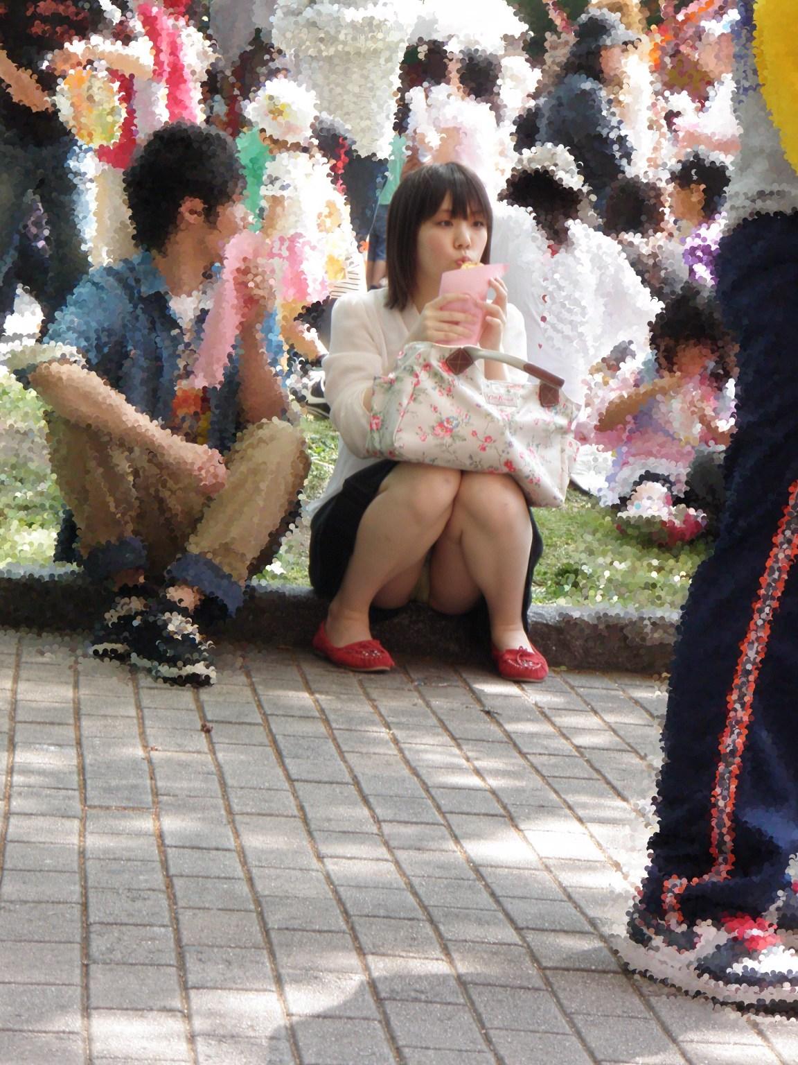 【パンチラエロ画像】天気が来ればまた見られる!広場の座りパンチラ女子たちwww 11