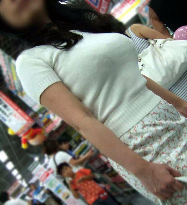 【着胸エロ画像】ぶつかって来てくれるのは歓迎w触れて欲しい着衣巨乳www 01