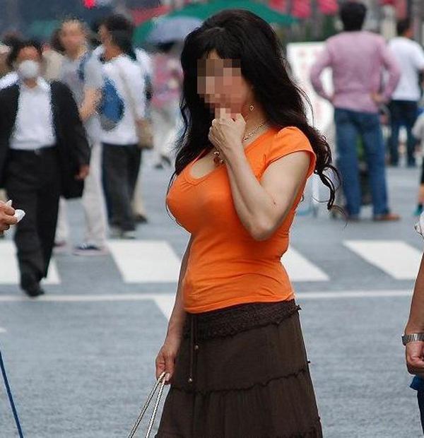 【着胸エロ画像】ぶつかって来てくれるのは歓迎w触れて欲しい着衣巨乳www 07