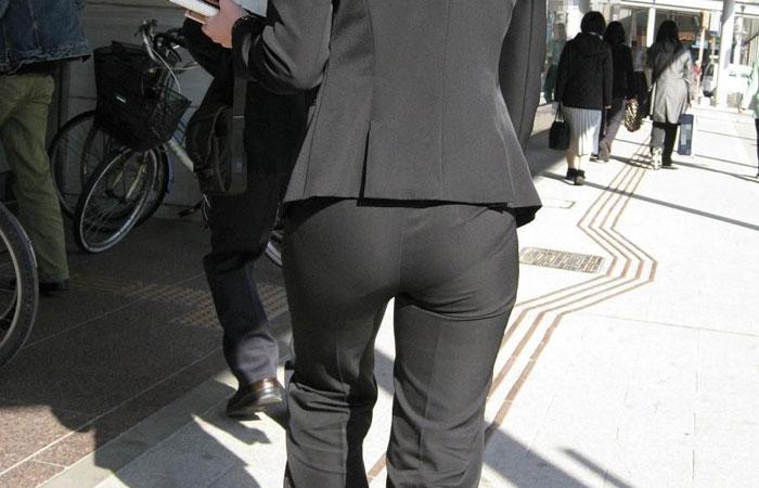 【着尻エロ画像】股下破れに要注意wパンツスーツ姿の働くお尻www 001
