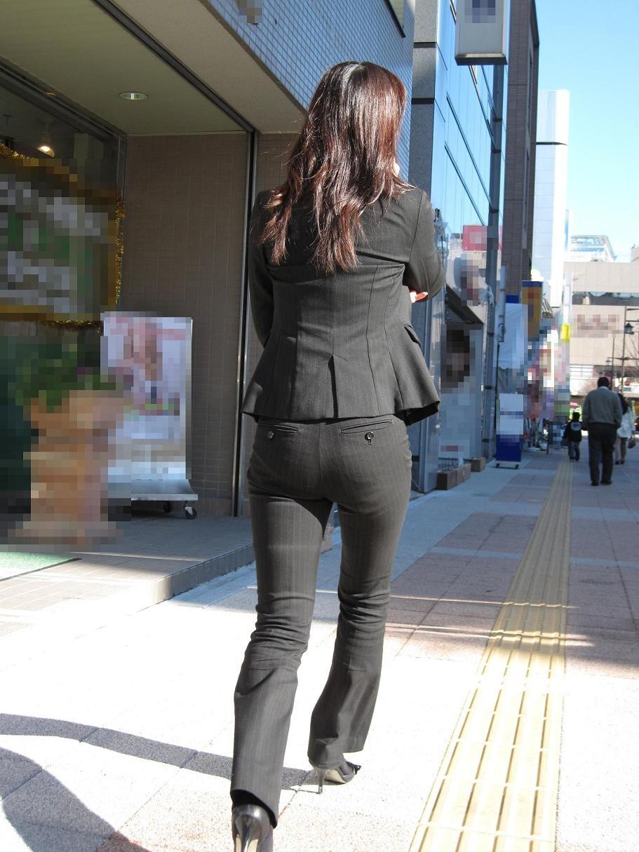 【着尻エロ画像】股下破れに要注意wパンツスーツ姿の働くお尻www 06
