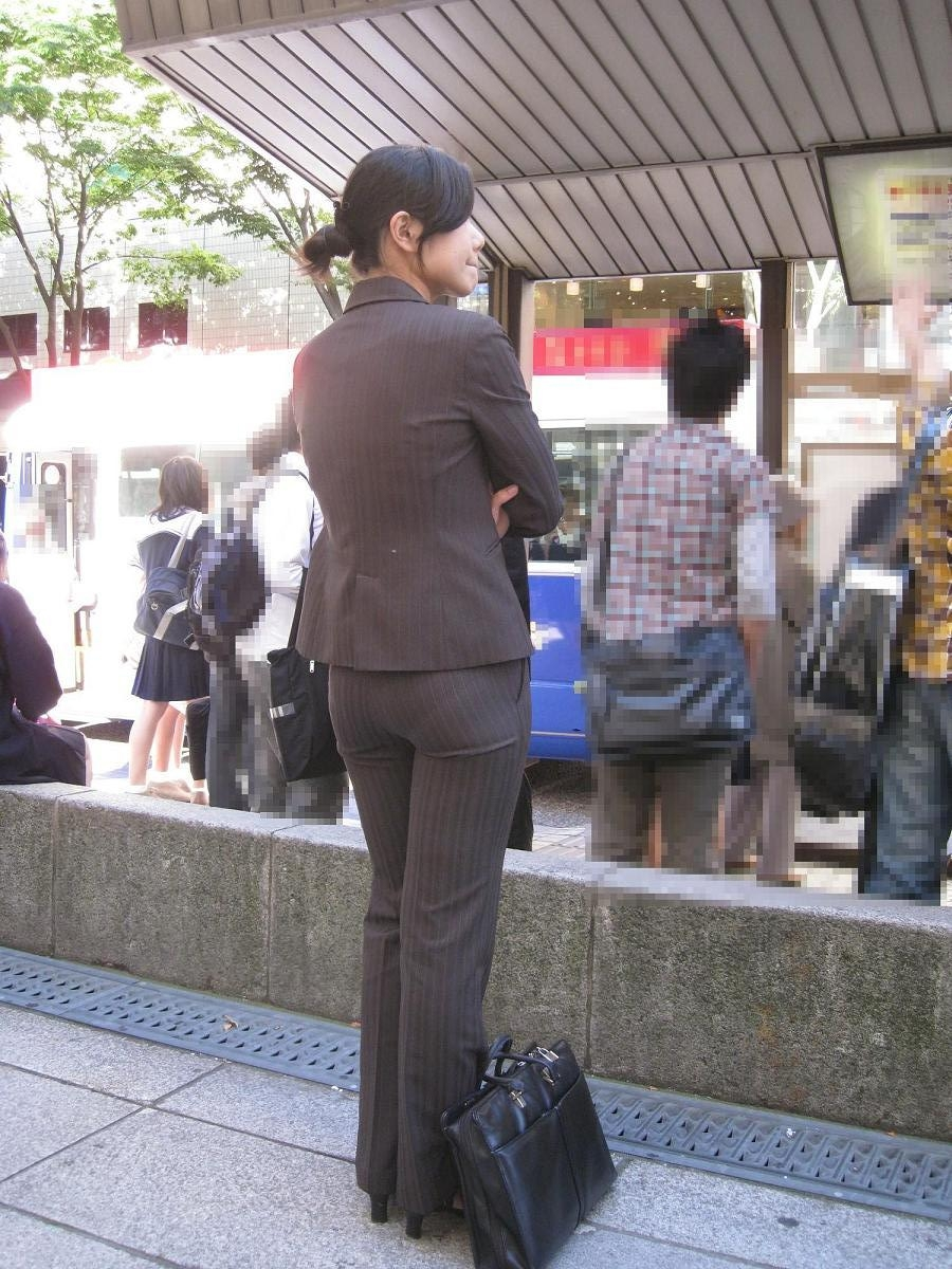 【着尻エロ画像】股下破れに要注意wパンツスーツ姿の働くお尻www 12