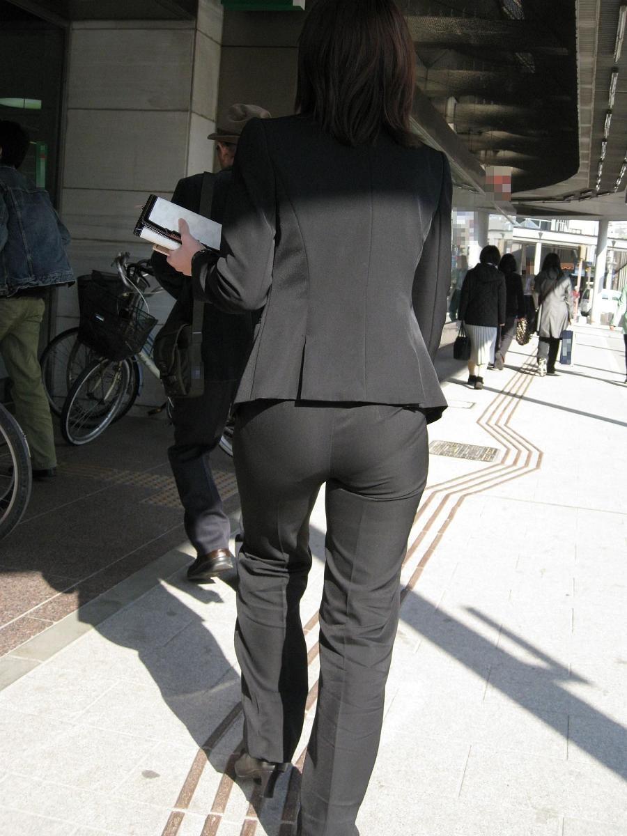 【着尻エロ画像】股下破れに要注意wパンツスーツ姿の働くお尻www 13