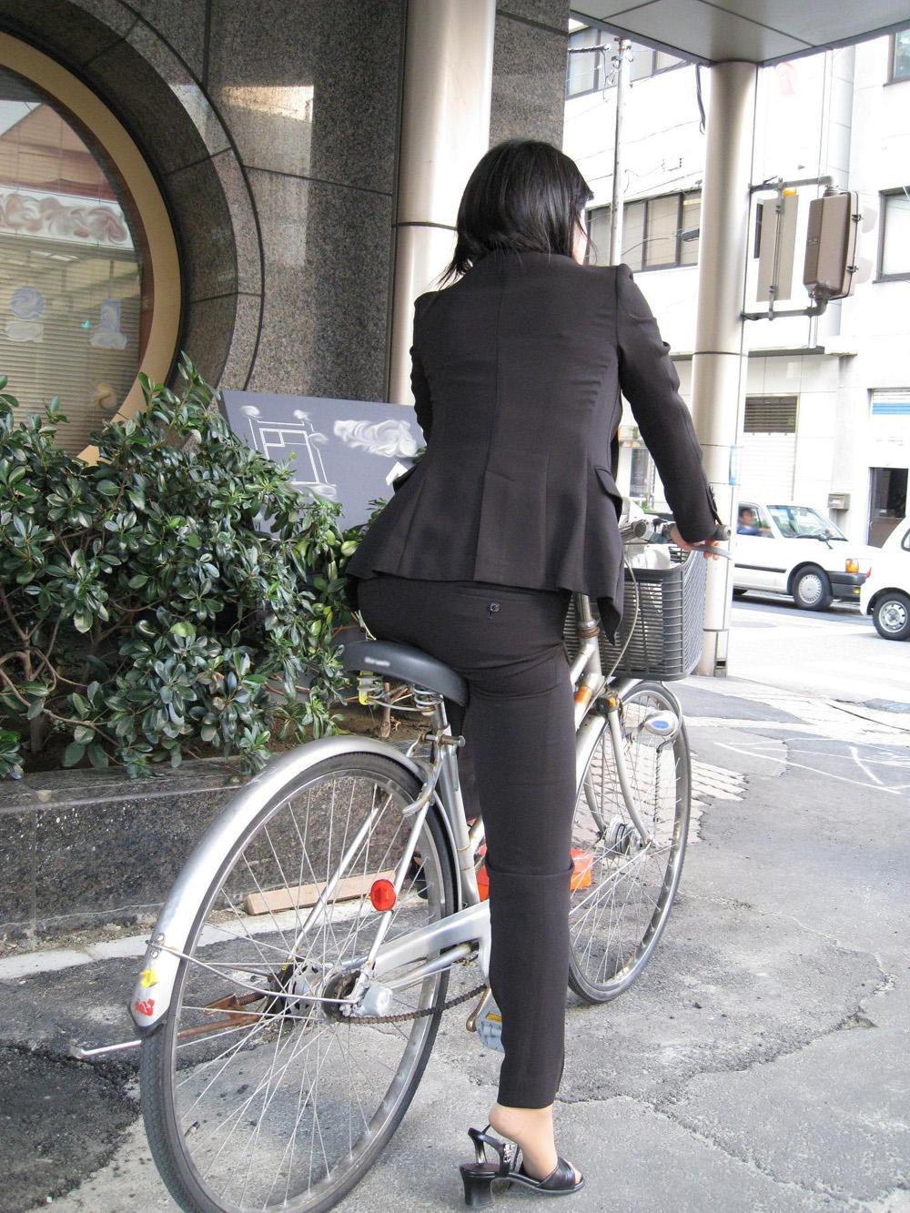 【着尻エロ画像】股下破れに要注意wパンツスーツ姿の働くお尻www 15