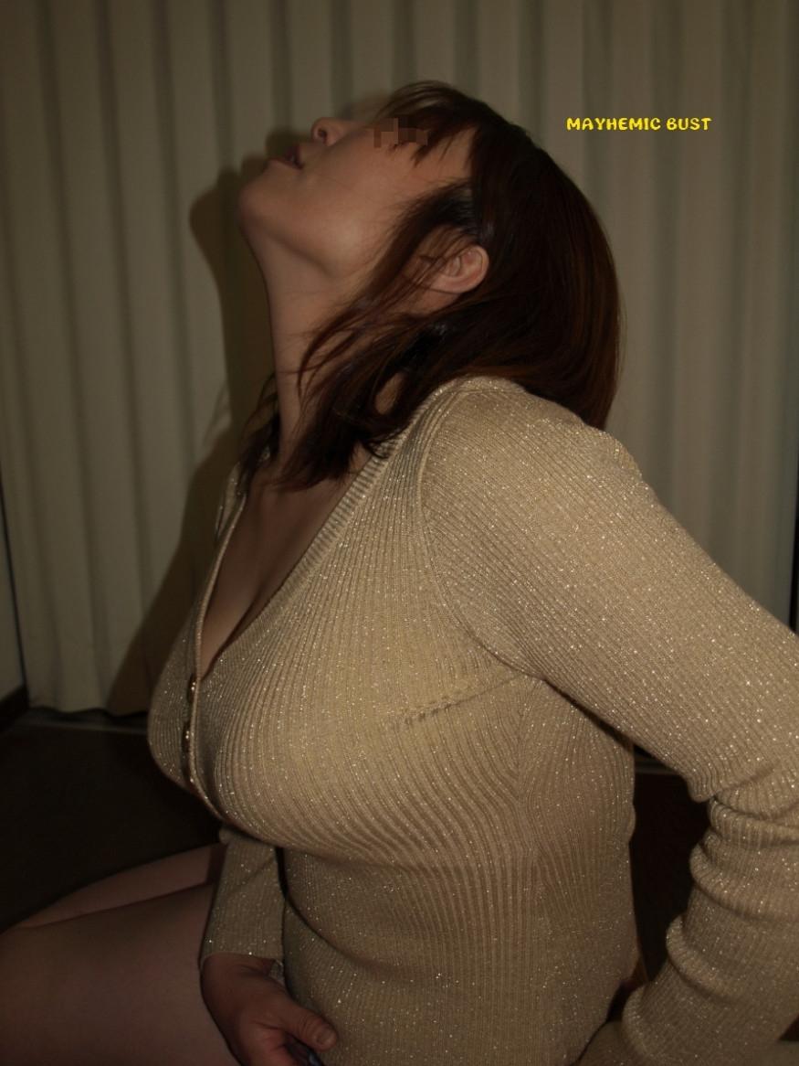 【着胸エロ画像】冬でも安心wニットがデカさを強調した防寒仕様の着衣おっぱいwww 11