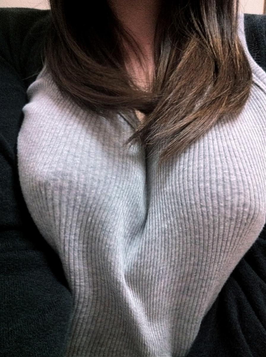 【着胸エロ画像】冬でも安心wニットがデカさを強調した防寒仕様の着衣おっぱいwww 12
