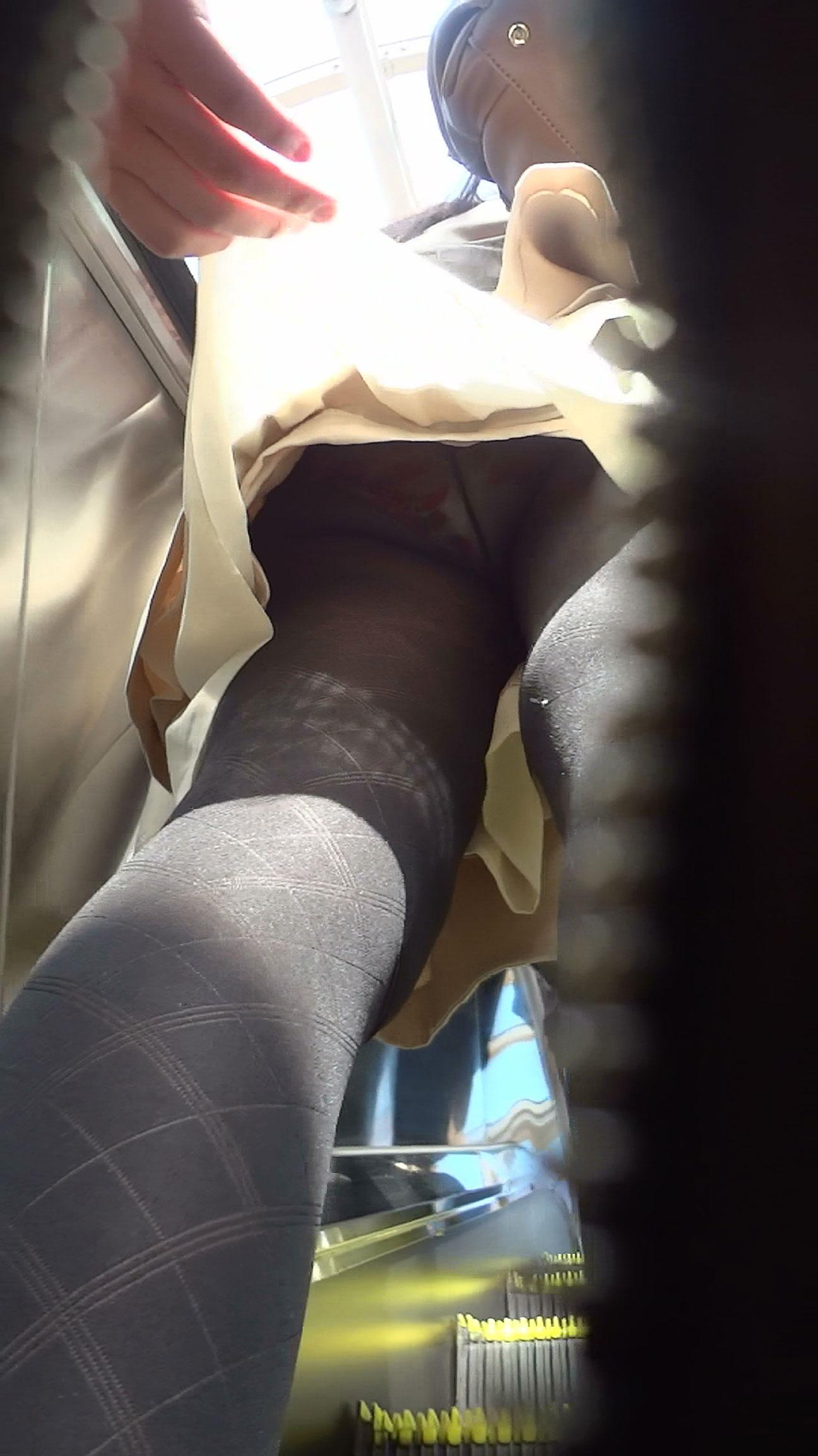 【パンチラ画像】見えぬなら捲ってしまえw執念のスカート捲り上げ撮りwww 14