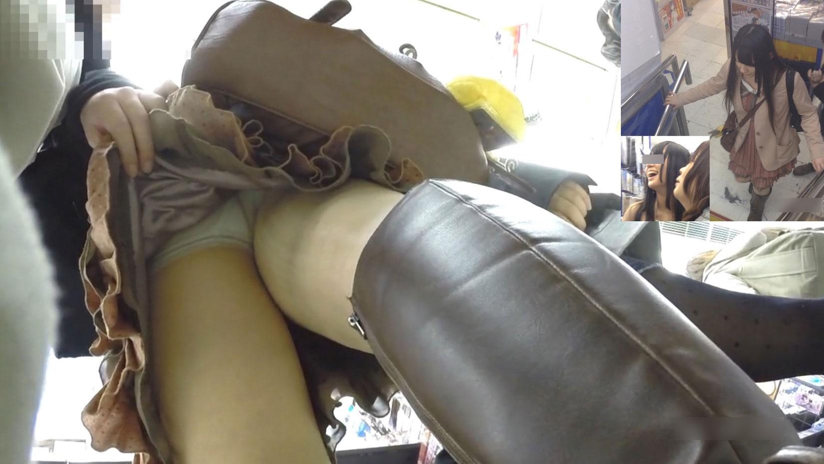 【パンチラ画像】見えぬなら捲ってしまえw執念のスカート捲り上げ撮りwww 15