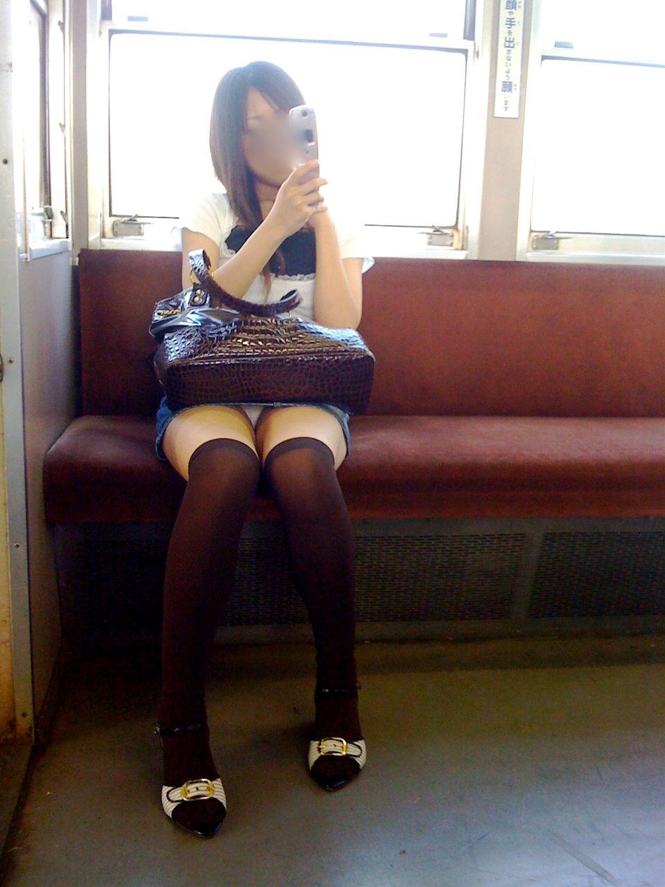 【パンチラエロ画像】いつかまた見られると信じて…電車内パンチラwww 09