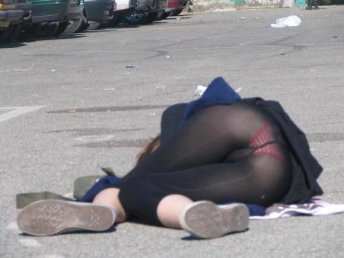 【パンチラエロ画像】何故寝てられるw昼間からパンツ出しっぱな海外素人www 02