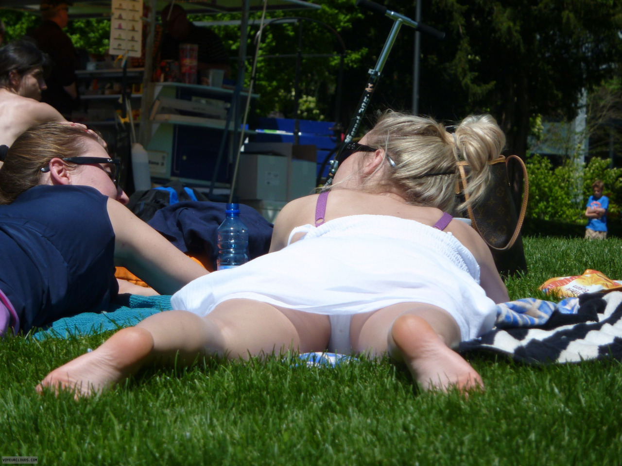 【パンチラエロ画像】何故寝てられるw昼間からパンツ出しっぱな海外素人www 10