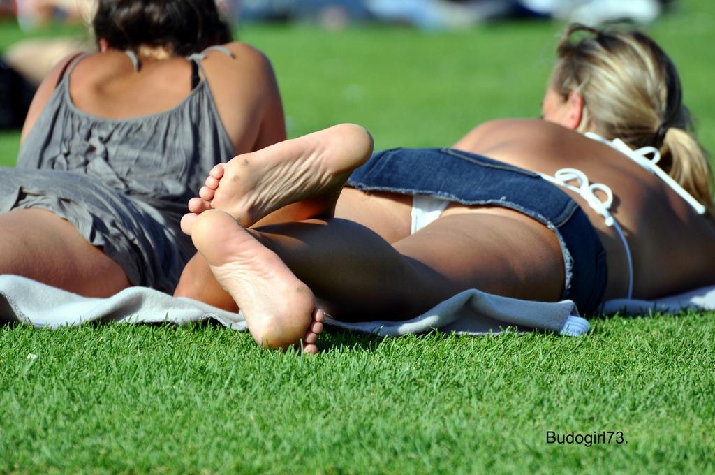 【パンチラエロ画像】何故寝てられるw昼間からパンツ出しっぱな海外素人www 12