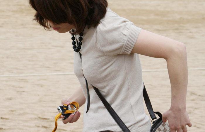 【パイスラエロ画像】手提げに負けるな!たすき掛けバッグならではのパイスラ着胸w 表紙