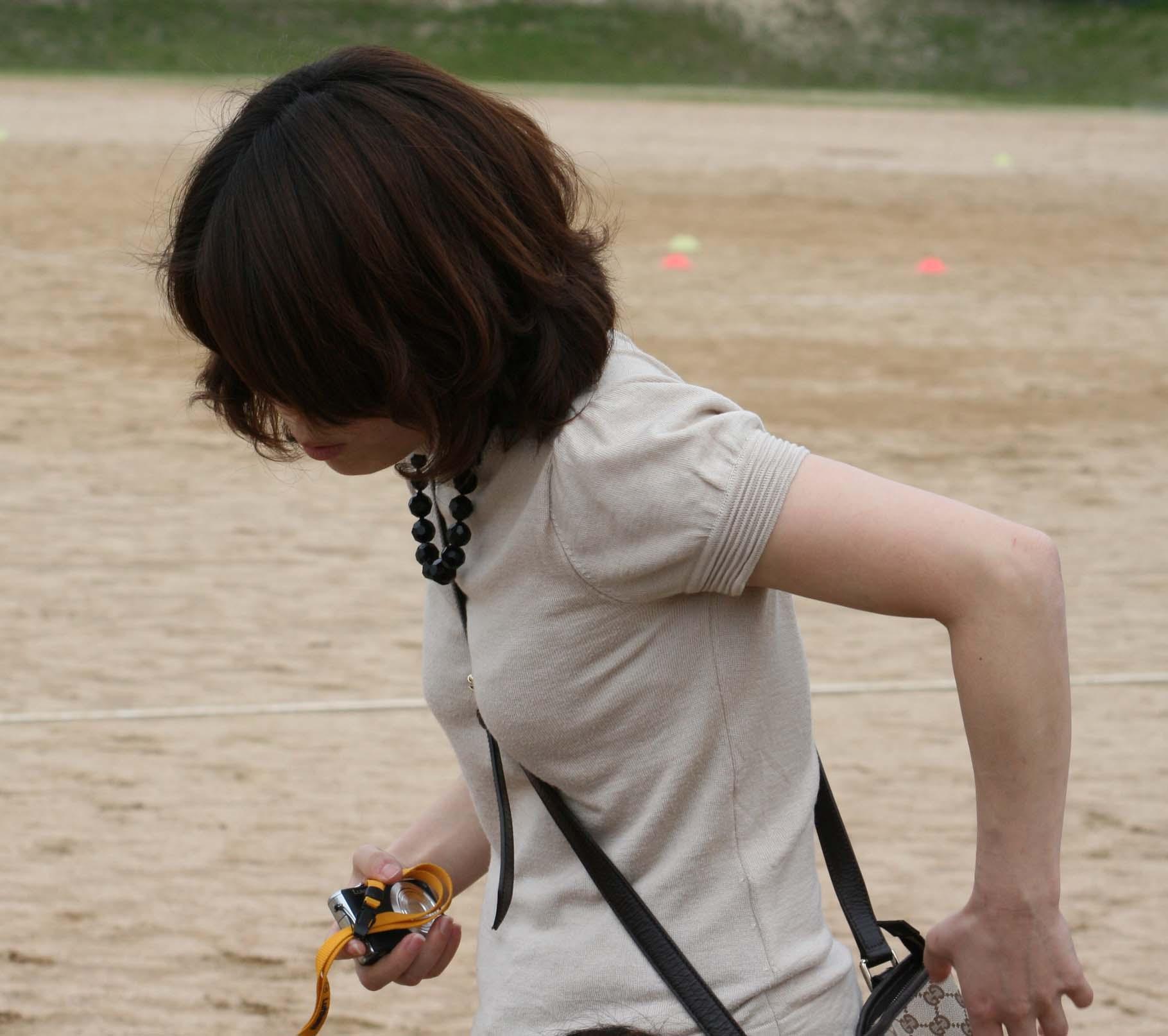 【パイスラエロ画像】手提げに負けるな!たすき掛けバッグならではのパイスラ着胸www 08