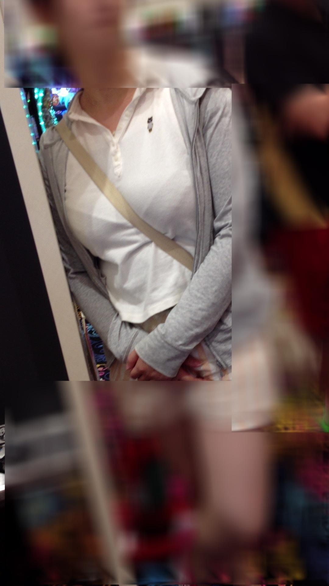 【パイスラエロ画像】手提げに負けるな!たすき掛けバッグならではのパイスラ着胸www 12