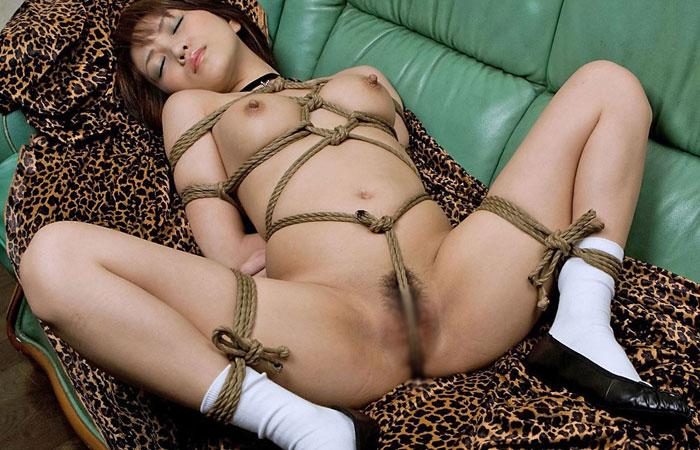 【緊縛エロ画像】動けばもっと食い込む!敏感なアソコに縄を通されたM女www 001