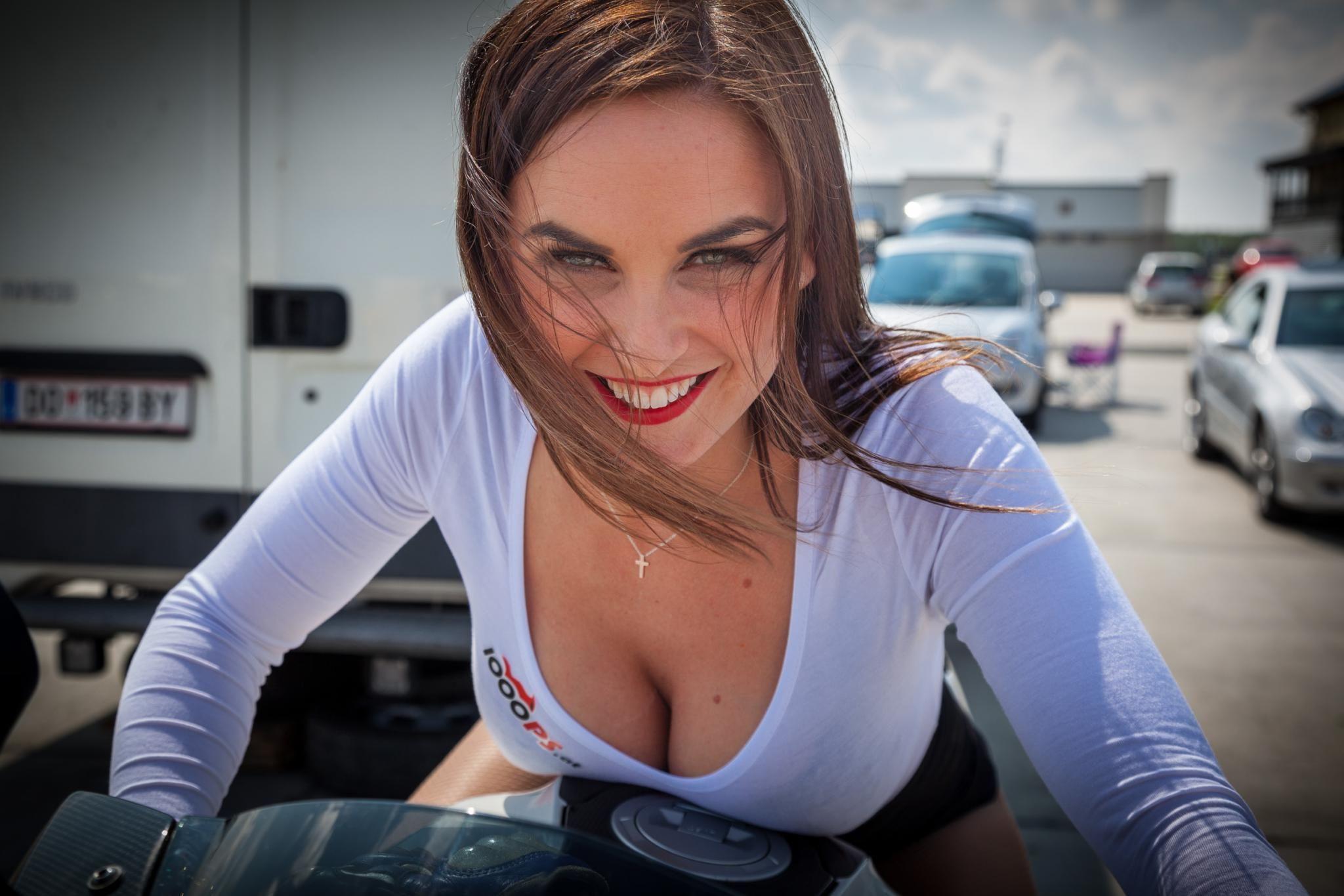【RQエロ画像】マンスジにモリマンも!魅せ過ぎな海外レースクィーン達www 09