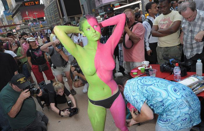 【海外エロ画像】隠していても露出w裸にボディペイントしただけの海外素人www 001