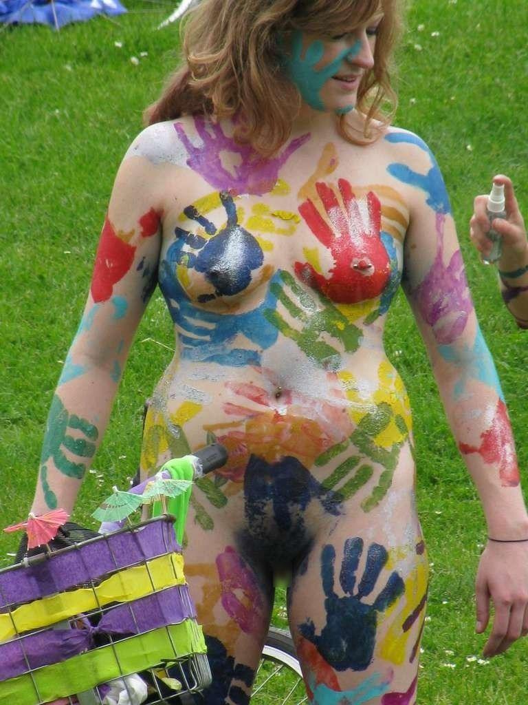 【海外エロ画像】隠していても露出w裸にボディペイントしただけの海外素人www 05