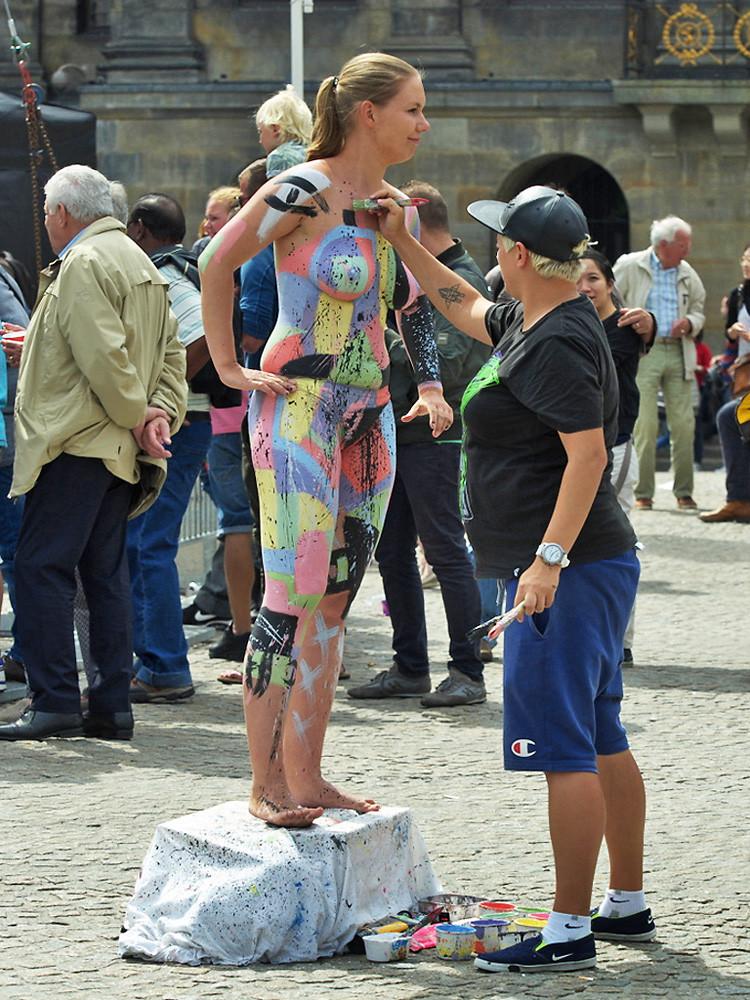 【海外エロ画像】隠していても露出w裸にボディペイントしただけの海外素人www 11