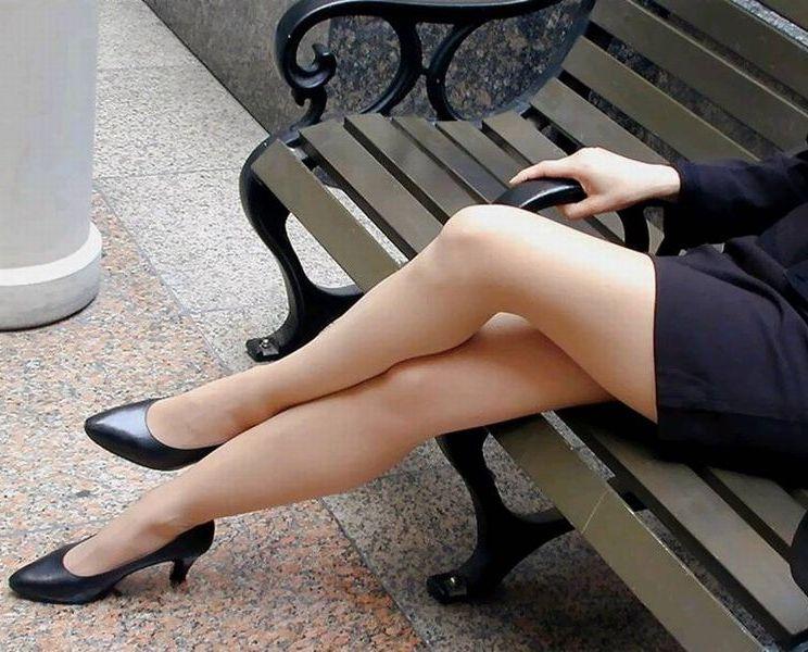【太ももエロ画像】イイ感じのムッチリ加減こそな女の太もも撮りwww 04