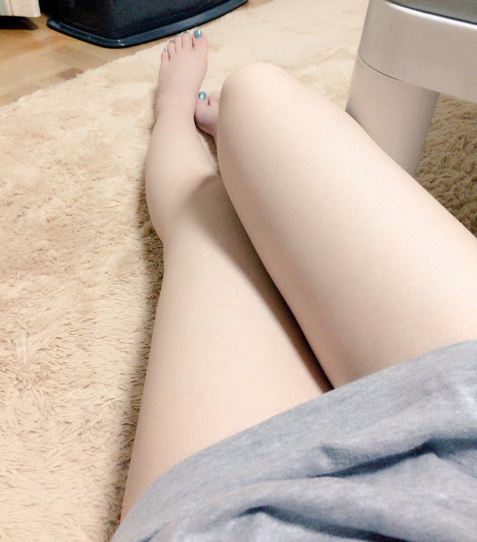 【太ももエロ画像】イイ感じのムッチリ加減こそな女の太もも撮りwww 14