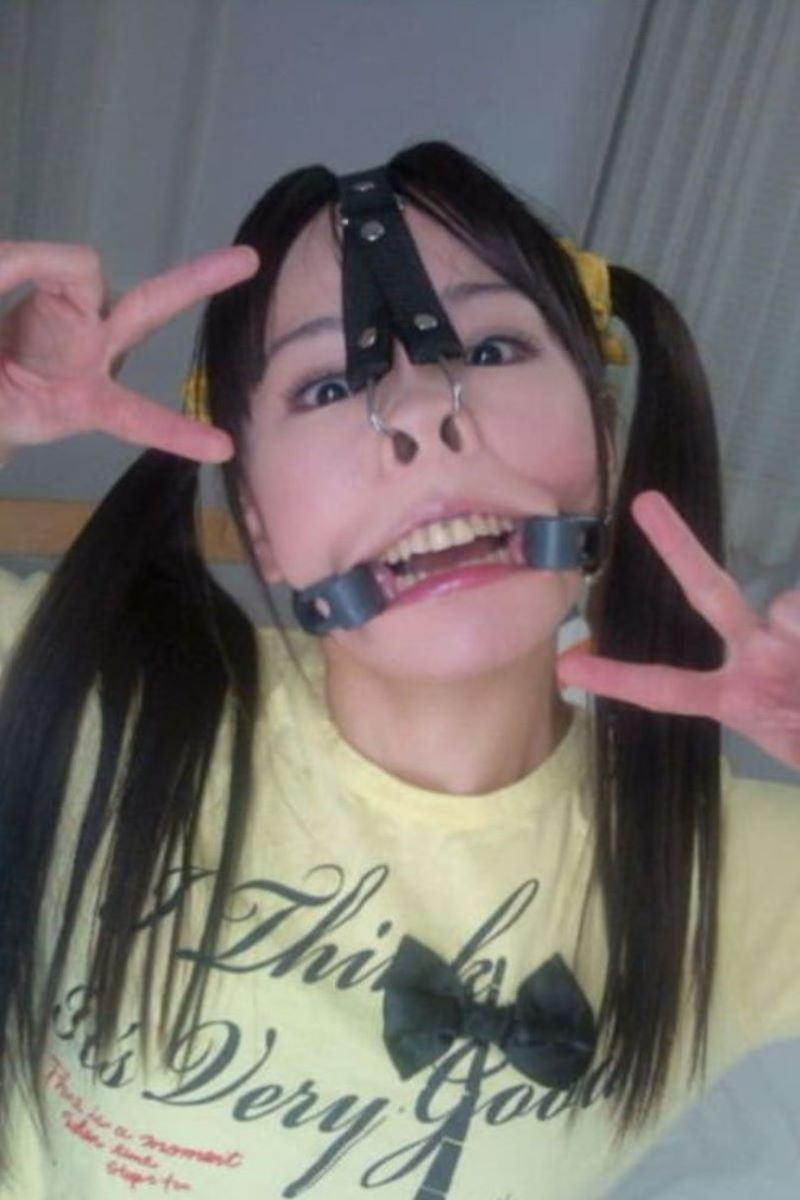【SMエロ画像】カメラ大写しも更に恥辱!鼻フックで顔面拷問www 03
