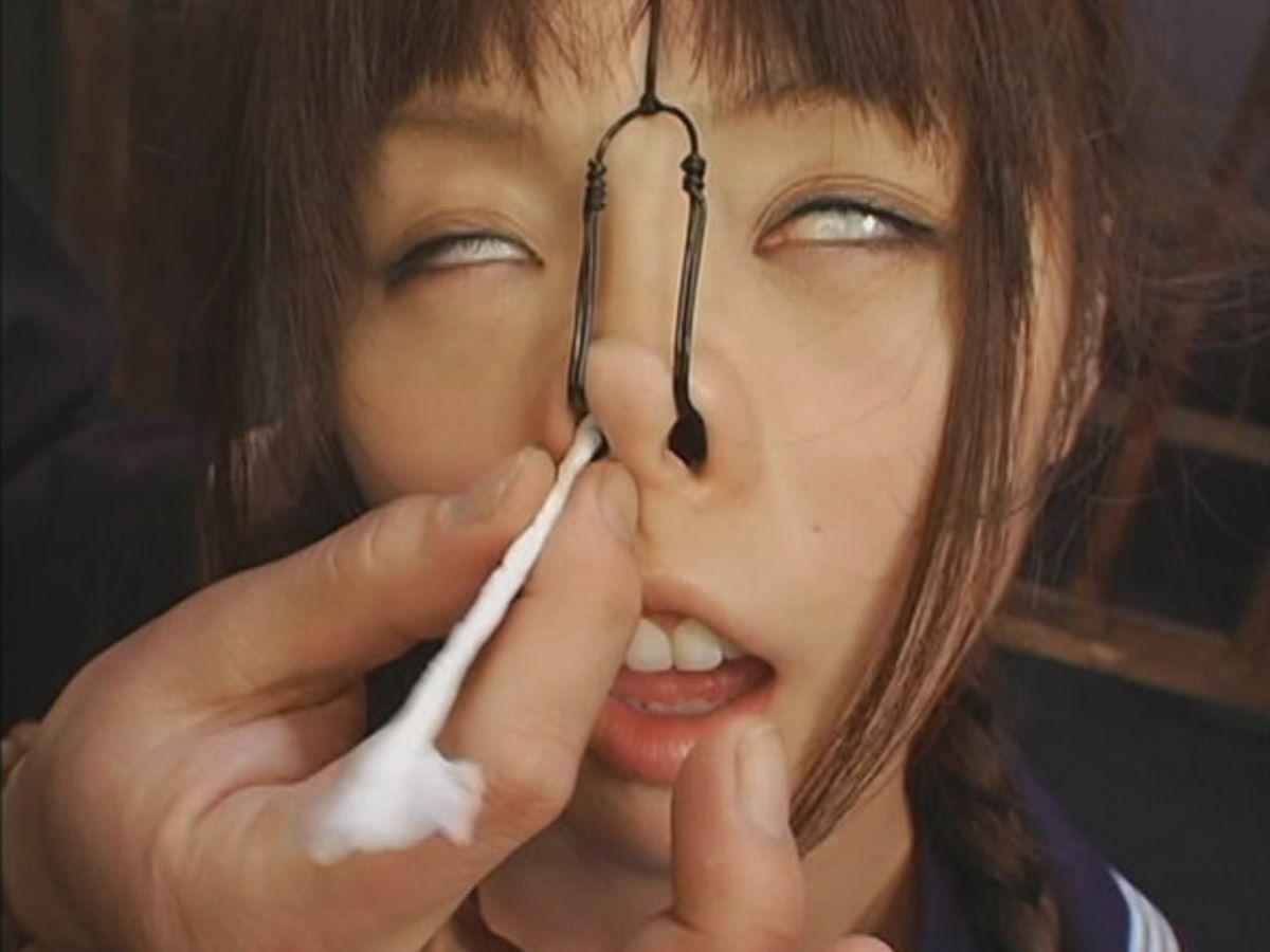 【SMエロ画像】カメラ大写しも更に恥辱!鼻フックで顔面拷問www 11