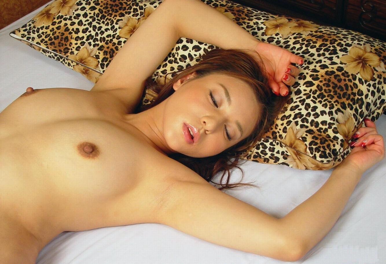 【腋フェチエロ画像】揉みながら舐めるのが最適w美女のおっぱいと生腋www 05