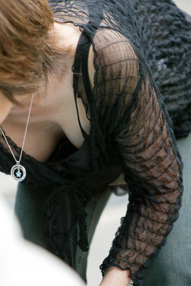 【胸チラエロ画像】もっと見えちゃえ!冬でも見たい卑猥な胸元の奥www 09