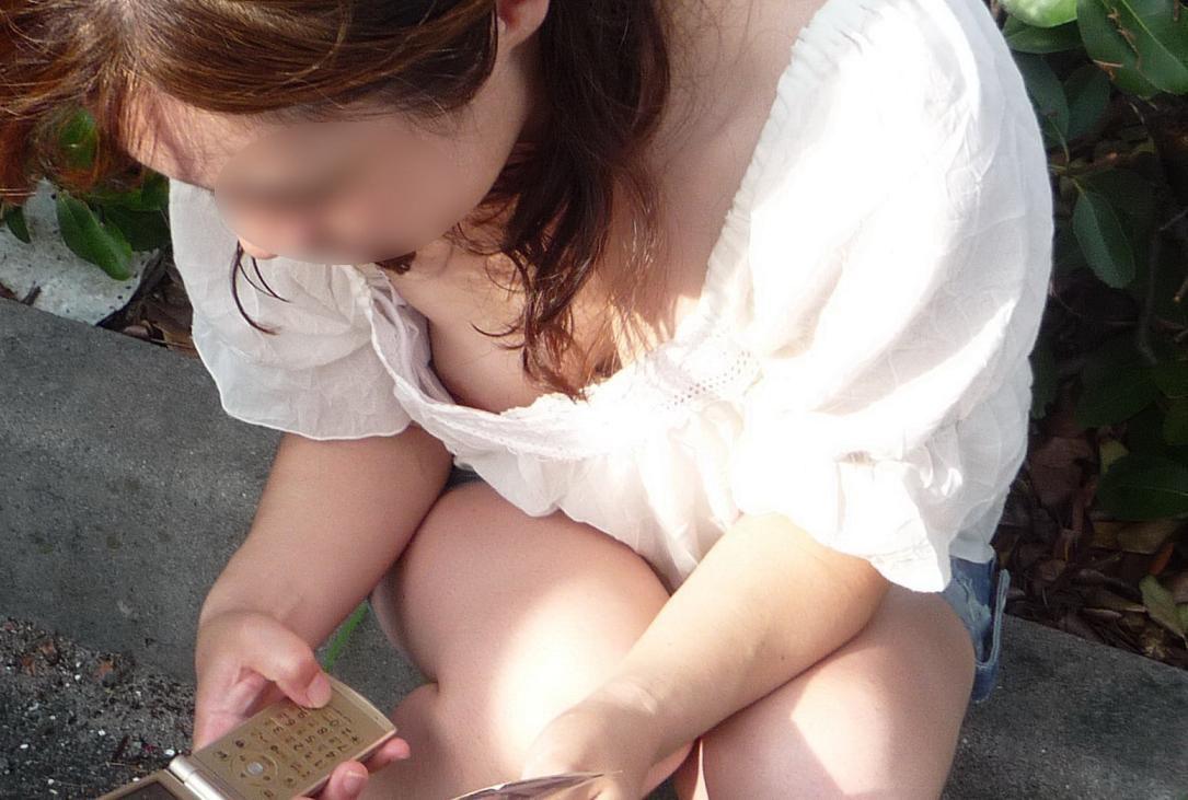 【胸チラエロ画像】もっと見えちゃえ!冬でも見たい卑猥な胸元の奥www 11