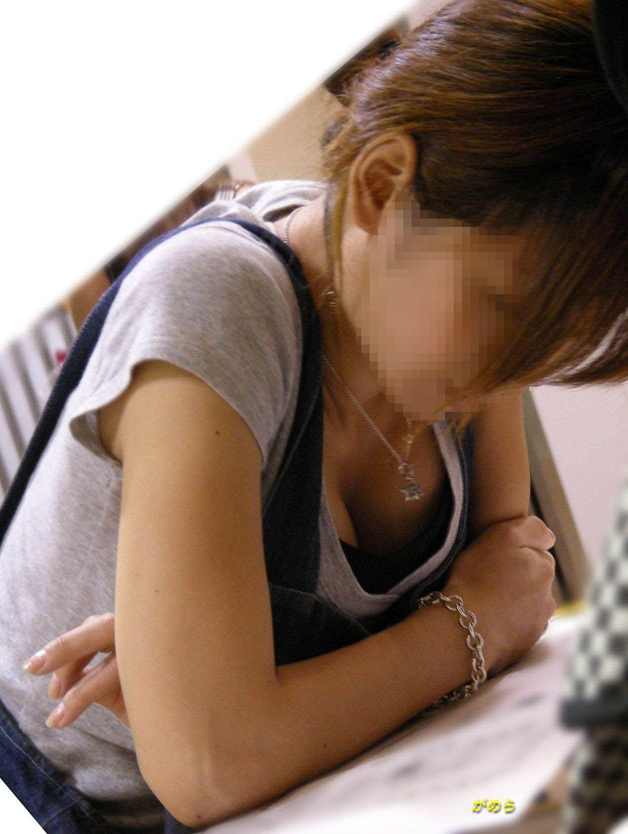 【胸チラエロ画像】もっと見えちゃえ!冬でも見たい卑猥な胸元の奥www 14