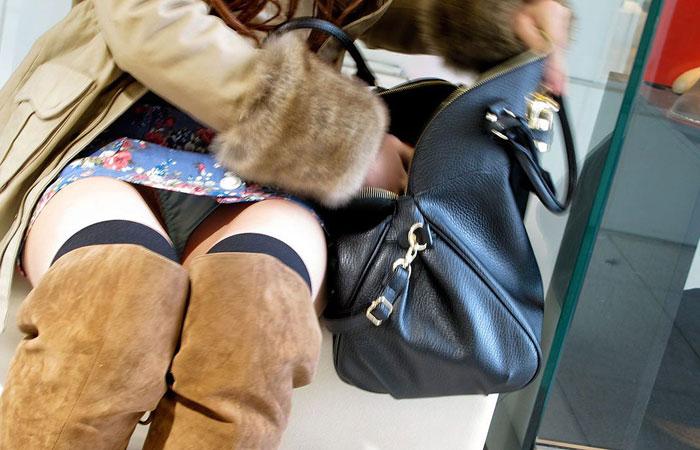 【パンチラエロ画像】平気でパンツを見せちゃう座り人たちの無防備な股下www 001