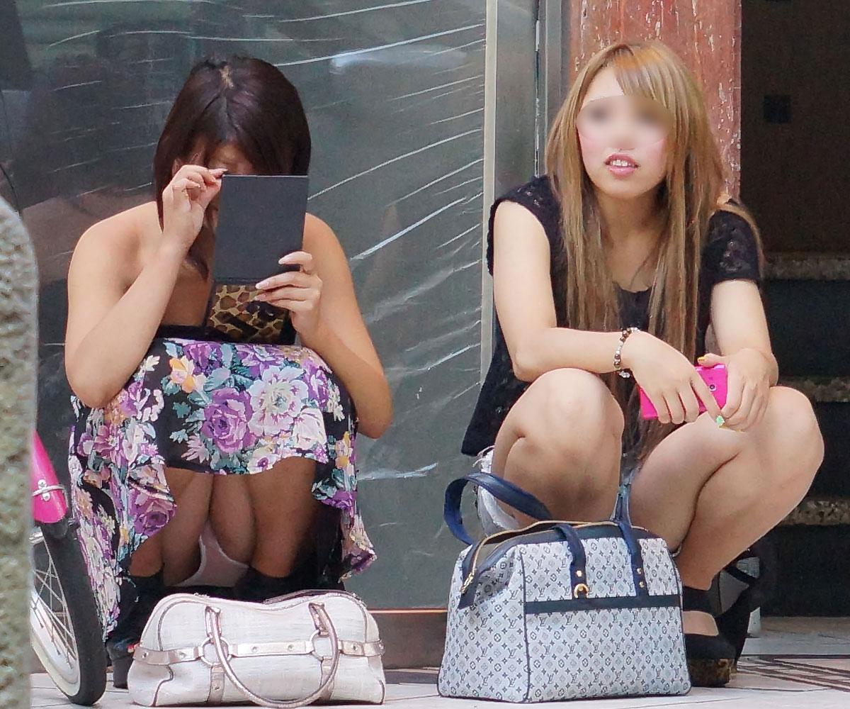 【パンチラエロ画像】平気でパンツを見せちゃう座り人たちの無防備な股下www 01